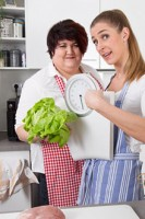 Dick und dünn - Zwei Frauen auf Diät mit Waage und Salat