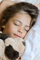 Le manque de sommeil chez les enfants est associé à une mauvaise alimentation, à l'obésité et à l'augmentation du temps passé devant l'écran